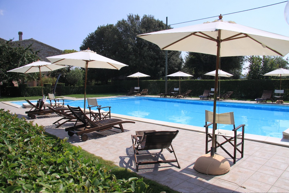 Piscina con Solarium Casa Vacanze Ribocchi